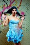 Sorprendido mirando a la muchacha agradable en alineada azul Foto de archivo libre de regalías