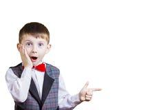 Sorprendido señalando al niño pequeño fotos de archivo libres de regalías