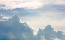 Sorprendiendo, cielo fabuloso, con las nubes mullidas en la puesta del sol Foto de archivo libre de regalías