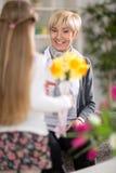 Sorprendieron a la muchacha su abuela con las flores fotografía de archivo