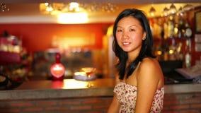 sorpresa asiatica della ragazza alla barra con espressione facciale video d archivio