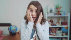 Sorpresa cexperiencing de la felicidad de la alegría de la colegiala niños positivos del concepto de la emoción vídeo de la cámar metrajes