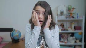 Sorpresa cexperiencing de la felicidad de la alegría de la colegiala niños positivos del concepto de la emoción vídeo de la cámar almacen de video
