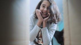 Sorpresa cexperiencing di felicità di gioia della scolara bambini positivi di concetto di emozione stile di vita del video di mov stock footage
