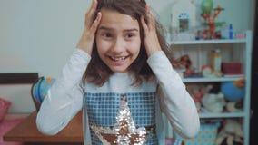 Sorpresa cexperiencing di felicità di gioia della scolara bambini positivi di concetto di emozione video di movimento lento Ragaz archivi video
