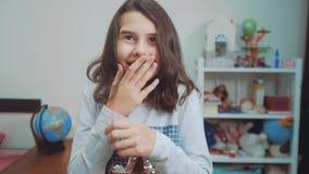 Sorpresa cexperiencing di felicità di gioia della scolara bambini positivi di concetto di emozione video di movimento lento Ragaz video d archivio