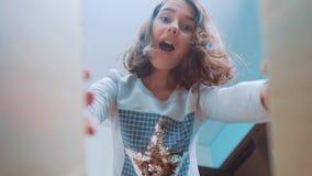 Sorpresa cexperiencing di felicità di gioia della scolara bambini positivi di stile di vita di concetto di emozione video di movi archivi video