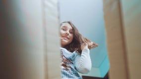 Sorpresa cexperiencing di felicità di gioia della scolara bambini positivi di stile di vita di concetto di emozione video di movi stock footage