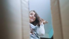 Sorpresa cexperiencing di felicità di gioia della scolara bambini positivi di stile di vita di concetto di emozione video di movi video d archivio
