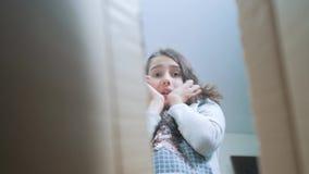 Sorpresa cexperiencing di stile di vita di felicità di gioia della scolara bambini positivi di concetto di emozione video di movi stock footage