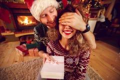 Sorpresa con el regalo de la Navidad imagen de archivo