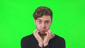 Sorpresa de la cara del hombre concebida rasguñando su barba almacen de metraje de vídeo
