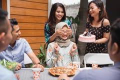 Sorpresa de la fiesta de cumpleaños con los amigos imagenes de archivo