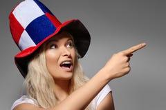 Sorpresa de la mujer que muestra algo Cara sonriente del fanático del fútbol Mujer que expresa emociones de la alegría Ruso Team  imagen de archivo libre de regalías