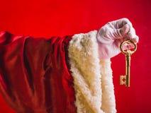 Sorpresa de Santa Claus una llave de la nueva casa ¡Feliz Año Nuevo! Co fotos de archivo