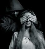 Sorpresa de Víspera de Todos los Santos - hombre malvado detrás de la muchacha inocente Imágenes de archivo libres de regalías
