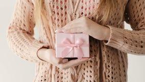 Sorpresa del día de fiesta de la caja de regalo del rosa del control del presente de la hembra metrajes