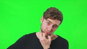 Sorpresa del fronte dell'uomo concepita graffiando la sua barba stock footage