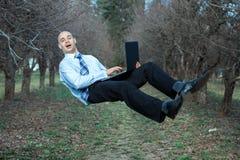 Sorpresa del fronte dell'uomo perché vola attraverso l'aria Fotografia Stock Libera da Diritti