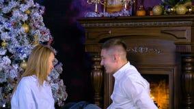 Sorpresa del hombre joven su novia con un regalo de la Navidad en la Nochebuena HD metrajes