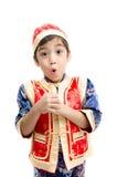 Sorpresa del niño pequeño con el presente en Año Nuevo chino Foto de archivo libre de regalías