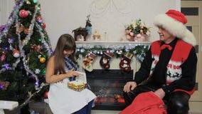 Sorpresa del regalo de la Navidad - niña almacen de video