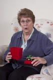 Sorpresa del regalo di compleanno della nonna del presente di giorno di madri Fotografie Stock