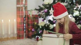Sorpresa del regalo di Natale Ragazza bionda presentata con un contenitore di regalo stock footage