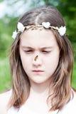 Sorpresa del verano Muchacha confusa con la mariposa que se sienta en sus no. Imagenes de archivo
