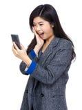 Sorpresa della donna con il messaggio di testo Fotografie Stock Libere da Diritti