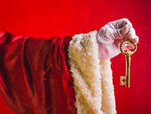 Sorpresa di Santa Claus una chiave dalla nuova casa Buon anno! Co fotografia stock