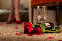 Sorpresa di vetro di vino e delle rose rosse per lo speciale qualcuno Fotografia Stock Libera da Diritti