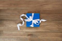 Sorpresa en el embalaje azul para cualquier día de fiesta Fotografía de archivo