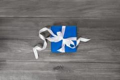 Sorpresa en el embalaje azul para cualquier día de fiesta Foto de archivo libre de regalías