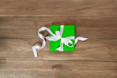 Sorpresa en el embalaje verde para cualquier día de fiesta Fotos de archivo libres de regalías