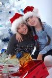 Sorpresa festiva delle sorelle felici Fotografie Stock