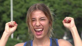 Sorpresa ispana teenager e conquista di felicità della ragazza archivi video