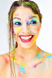 sorpresa Muchacha sonriente que se pregunta hermosa con la pintura colorida s Imágenes de archivo libres de regalías