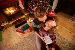 Sorpresa para la muchacha para la Navidad fotos de archivo