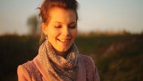 Sorpresa per la sua amica una cena romantica al tramonto video d archivio
