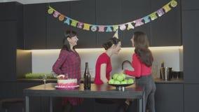 Sorpresa piacevole per la donna adulta al suo compleanno video d archivio