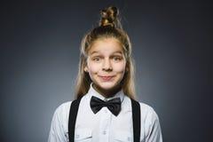 Sorpresa que va de la muchacha feliz del retrato del primer en fondo gris foto de archivo libre de regalías