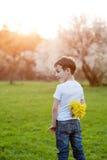 Sorpresa, regalo, compleanno, giorno di madri, figlio, amore, molla, estate Fotografia Stock