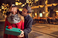 Sorpresa romántica para la Navidad Foto de archivo libre de regalías