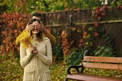 Sorpresas del otoño Hombre y mujer con las hojas amarillas del árbol Fotos de archivo