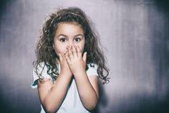 Sorpreso cinque anni di ragazza Fotografie Stock