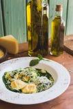 Sorrentino用帕尔马干酪和橄榄油在一张木桌上 库存照片