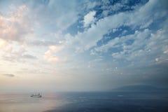 Sorrento e o louro de Nápoles no por do sol imagens de stock royalty free