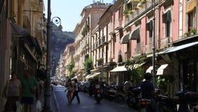 Sorrento Italia con la gente en las vespas y las motos almacen de video