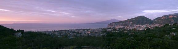 Sorrento med panoramautsikt av Vesuvius royaltyfri bild